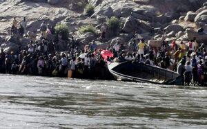 إثيوبيون يستعدون لعبور نهر ستيت بولاية كسلا الشرقية (رويترز)